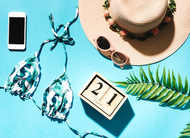 Composition de vacances à la plage sur fond coloré Photo gratuit