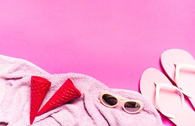 Composition de vacances à la plage sur fond rose Photo gratuit