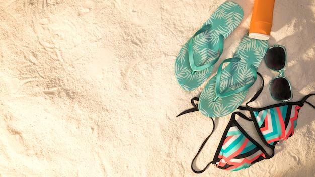 Composition de vacances à la plage sur fond de sable Photo gratuit