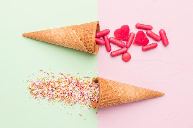 Composition de vinaigrette rouge vif et de cornets de glace Photo gratuit
