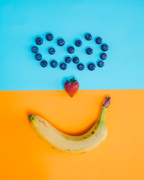Composition de visage souriant aux fruits Photo gratuit