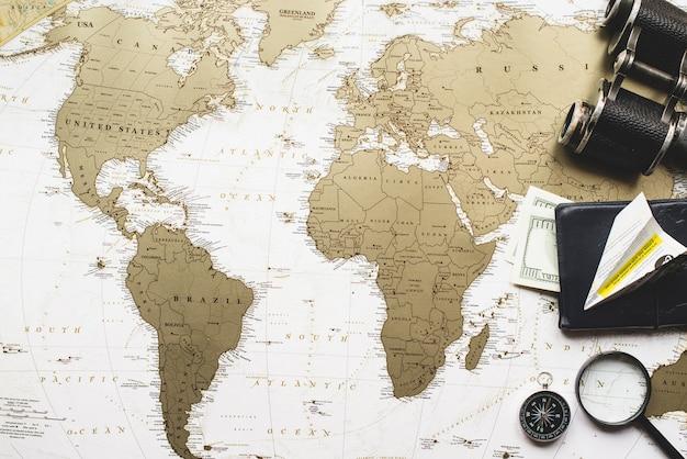 Composition de voyage avec carte du monde et des objets de décoration Photo gratuit
