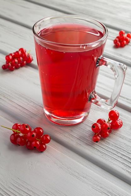 Compote De Groseilles Rouges Dans Une Tasse En Verre Photo Premium