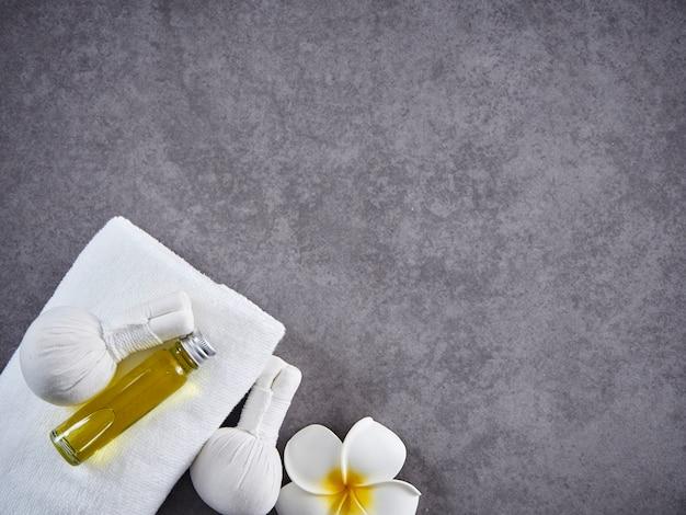 Compresse Aux Herbes Bal Et Huile Aux Herbes Gua Sha Photo Premium