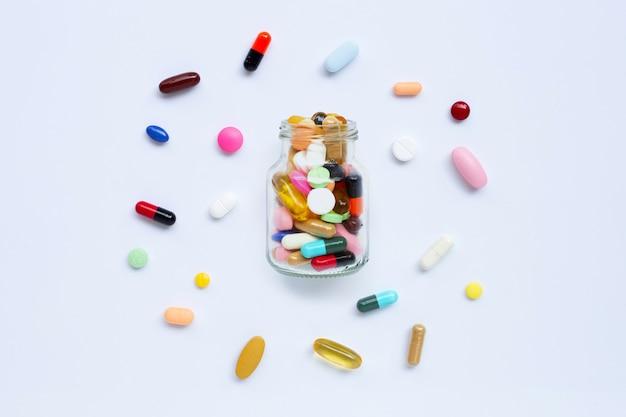 Comprimés colorés avec des capsules et des pilules sur blanc. Photo Premium