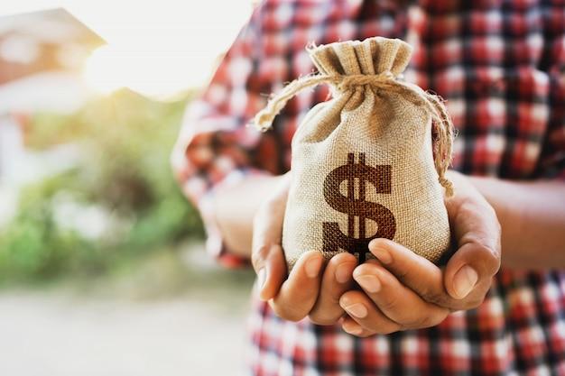 Comptabilité Financière Concept. Main Tenant Le Sac D'argent Photo Premium