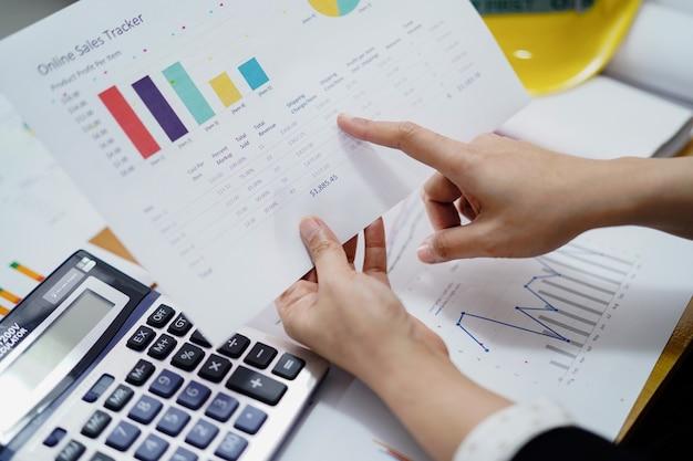 Comptabilité travail de travail comptable avec graphique dans le bureau moderne, Photo Premium