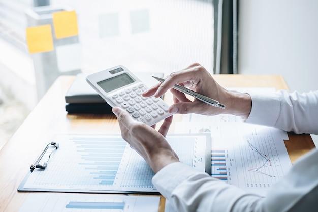 Comptable d'affaires analysant et calculant les dépenses rapport annuel rapport financier bilan Photo Premium