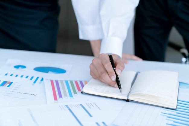 Le comptable vérifiant les documents concernant les graphiques et les diagrammes, les rapports financiers et les taxes Photo Premium