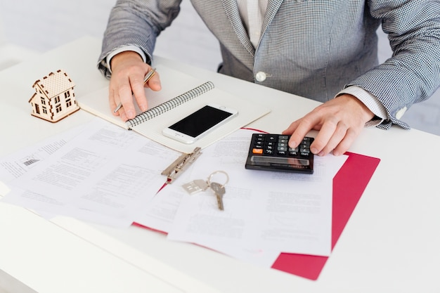 Comptage des agents immobiliers avec calculatrice Photo gratuit