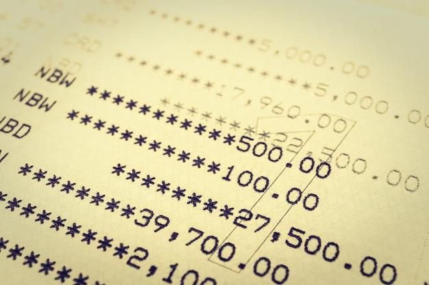 Compte bancaire sur le revenu de la dette de papier Photo gratuit