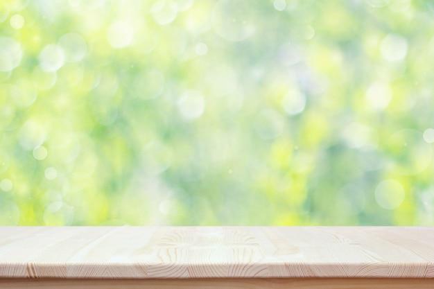 Comptoir en bois vide sur fond de printemps floue avec bokeh. Photo Premium