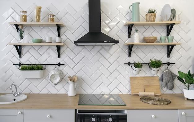 Comptoir de cuisine en bois avec étagères en bois Photo Premium