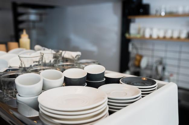 Un Comptoir De Cuisine Et Un évier Avec Vaisselle. Photo gratuit