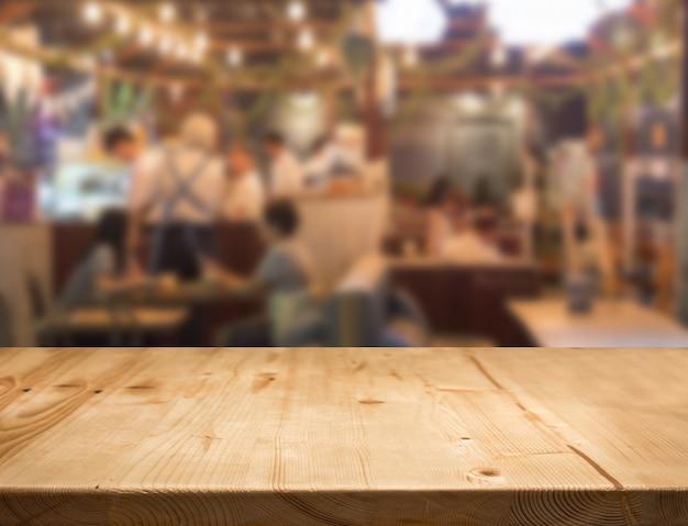 Comptoir de table en bois avec centre alimentaire flou Photo Premium