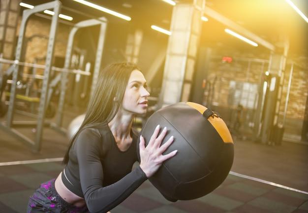Concentré Fit Femme En Vêtements De Sport Faisant De L'exercice Avec Med Ball In Gym Photo Premium