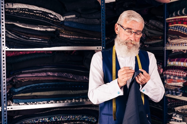 Concentré jeune créateur de mode masculin au travail dans un studio Photo gratuit