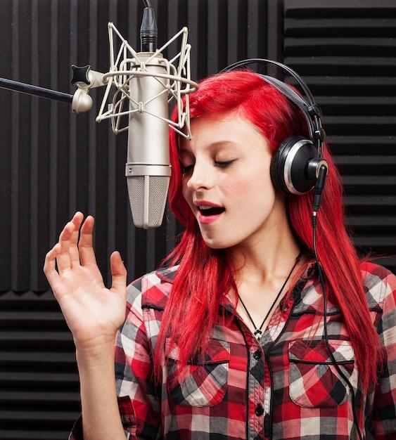 Concentré jeune femme qui chante Photo gratuit