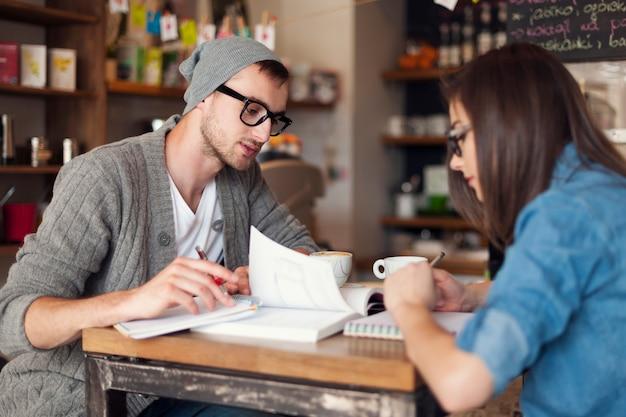 Concentrez Les étudiants Se Préparant Aux Examens Au Café Photo gratuit