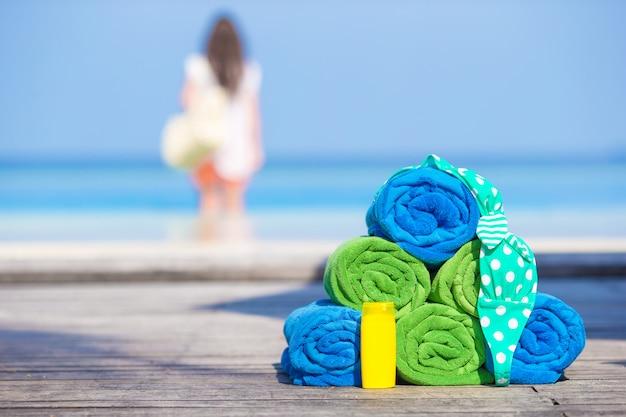 Concept d'accessoires de plage et d'été - serviettes colorées, maillot de bain et crème solaire Photo Premium