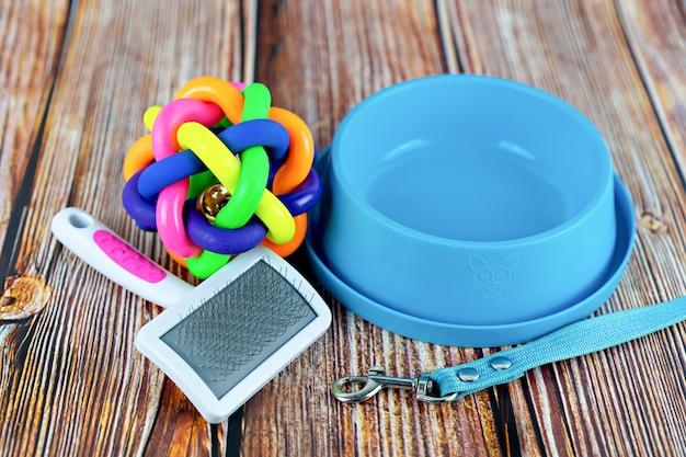 Concept d'accessoires pour animaux de compagnie. laisses pour animaux de compagnie avec jouet en caoutchouc et bol Photo Premium