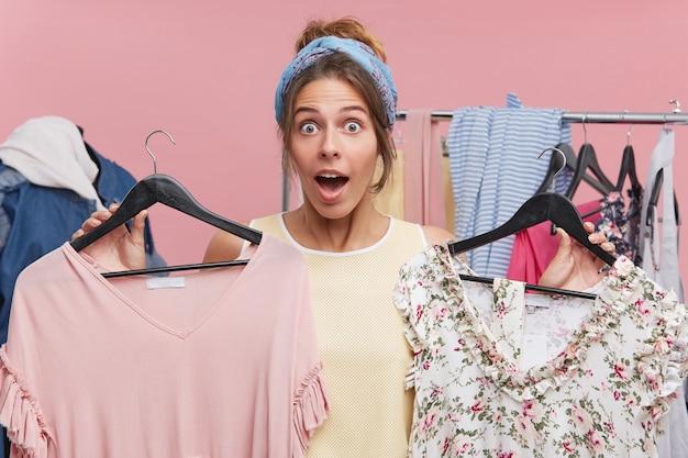 Concept D'achat Et De Consommation. Il Est Temps De Rafraîchir La Garde-robe. Heureuse Femme Jolie Excitée Ouvrant La Bouche Photo gratuit