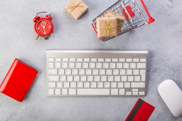 Concept Achats En Ligne Achats Cadeaux. Carte De Crédit Rouge, Clavier Et Souris Photo Premium