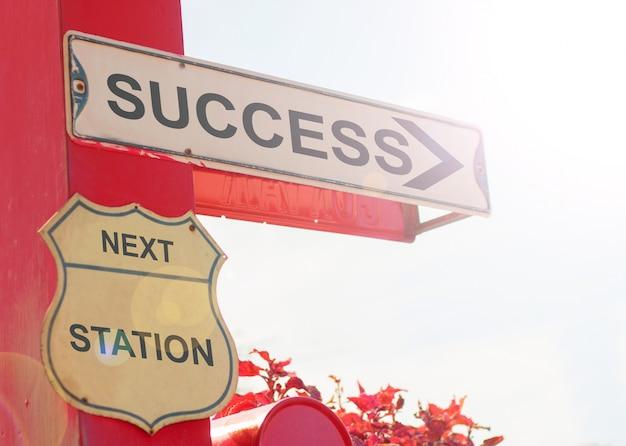 Concept d'affaires par old street sign with success Photo Premium