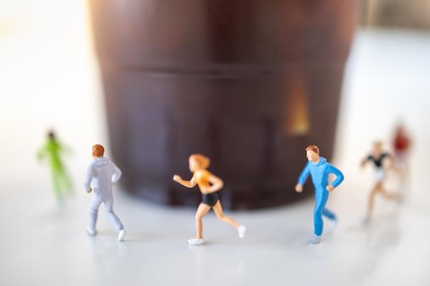 Concept alimentaire et sportif. gros plan, groupe, coureur, miniature, courir, tasse, plastique Photo Premium