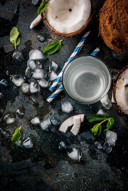 Concept d'aliments sains. eau de noix de coco biologique fraîche Photo Premium
