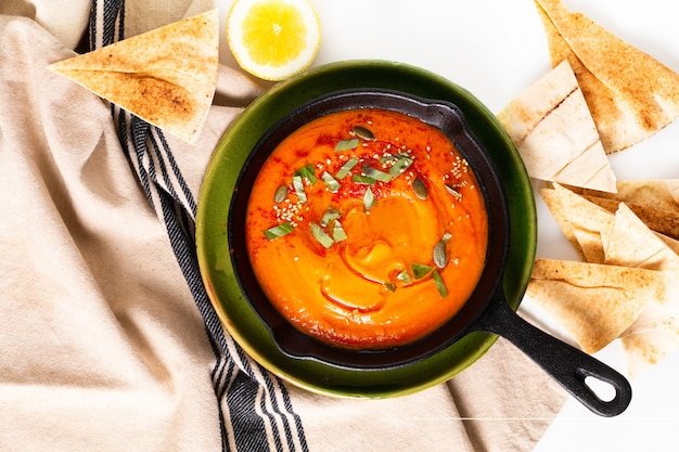Concept d'aliments sains houmous de potiron maison dans une poêle en fer avec espace de copie Photo Premium