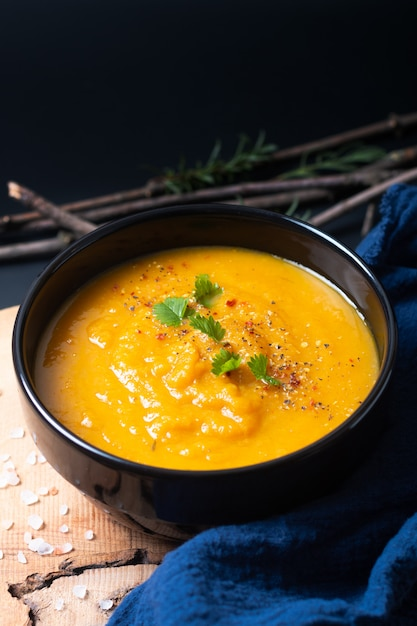 Concept D'aliments Sains Soupe Végétale Chaude Mélange Végétalien Dans Une Tasse En Céramique Noire Photo Premium