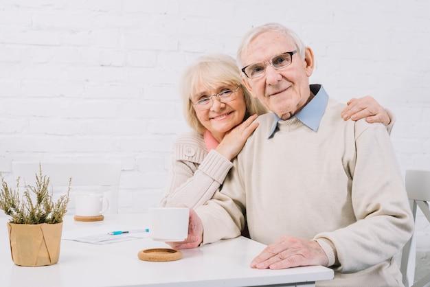 Concept d'amour avec couple de personnes âgées Photo gratuit