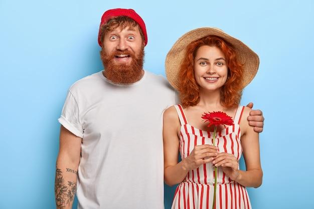 Concept D'amour Et De Relation. Rousse Européenne Femme Et Homme Câlins Et Se Tiennent Ensemble Photo gratuit