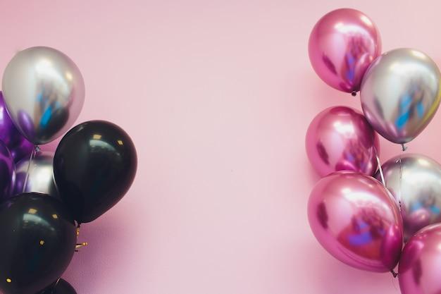 Concept D'anniversaire - Gros Plan De Ballons à Air Colorés Sur Fond De Mur De Briques. Photo Premium