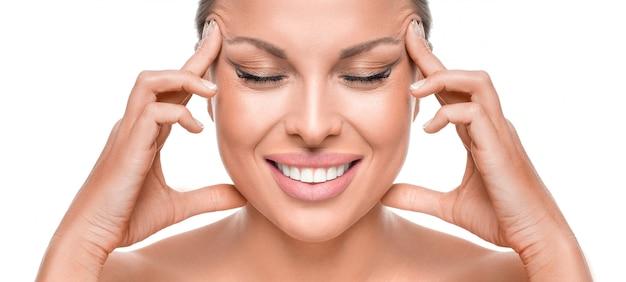 Concept Anti-âge. Smiley Femme Touchig Face Photo Premium