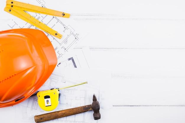 Concept d'architecture avec fond et casque sur les plans Photo gratuit