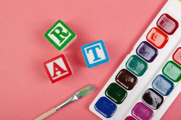 Concept D'art. Fournitures Scolaires Et Cubes Alphabétiques En Bois Photo Premium