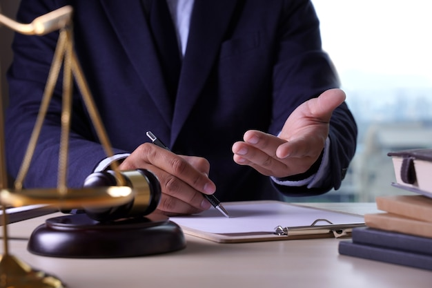 Concept d'avocat de droit avocats de justice ayant l'équipe Photo Premium