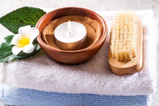 Concept de beauté et spa avec spa situé sur une pierre rustique Photo Premium