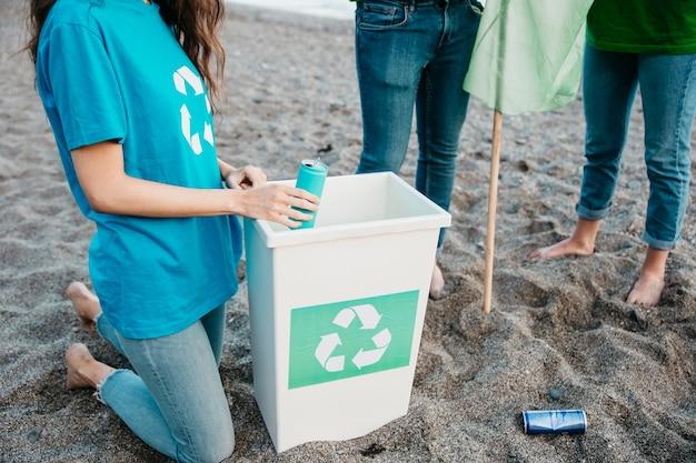 Concept de bénévolat et de plage Photo gratuit