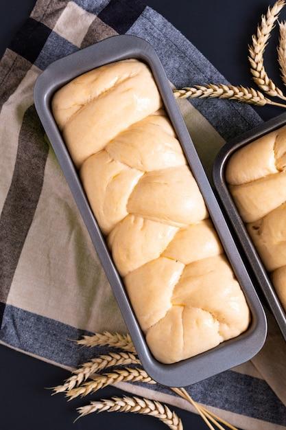 Concept de boulangerie-pâtisserie préparant le pain pour la brioche pain tressé avec espace de copie Photo Premium