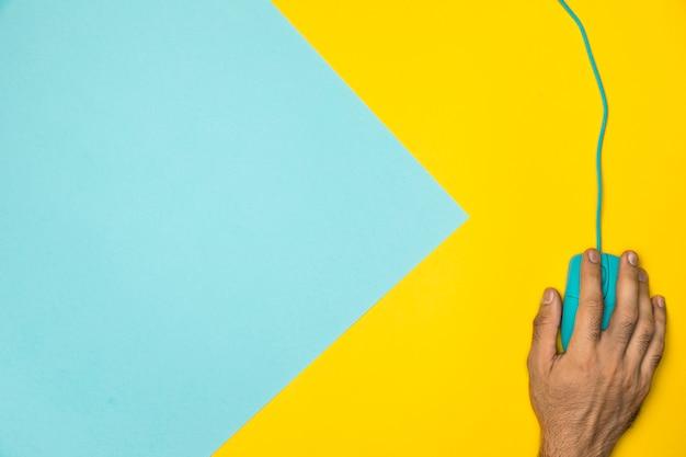 Concept de bureau coloré vue de dessus avec souris filaire Photo gratuit