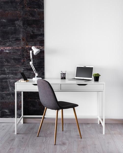 Concept de bureau métallique blanc avec lampe Photo gratuit