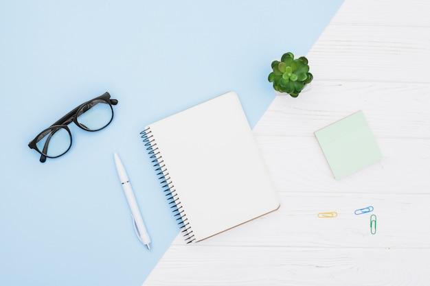 Concept de bureau plat avec bloc-notes Photo gratuit
