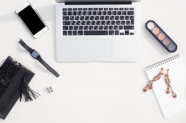 Concept de bureau avec vue sur les appareils intelligents Photo gratuit