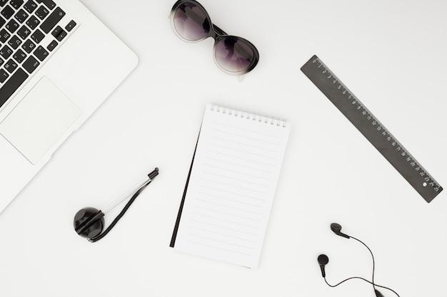 Concept de bureau avec vue de dessus avec bloc-notes Photo gratuit