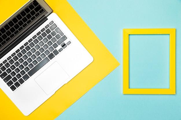 Concept de bureau vue de dessus avec cadre jaune Photo gratuit
