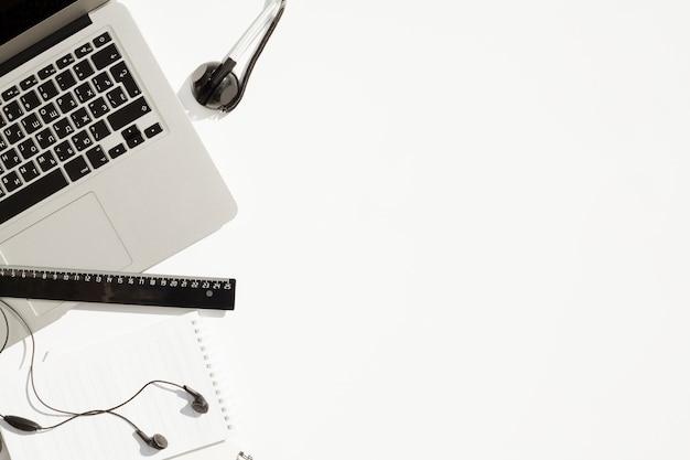 Concept de bureau vue de dessus avec espace de copie Photo gratuit