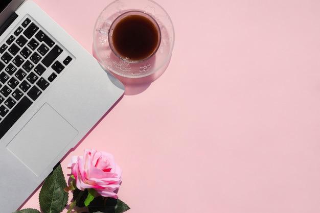 Concept de bureau vue de dessus avec fond rose Photo gratuit